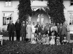 En rekke personer avbildet foran villaen til Olav Tømmerstig