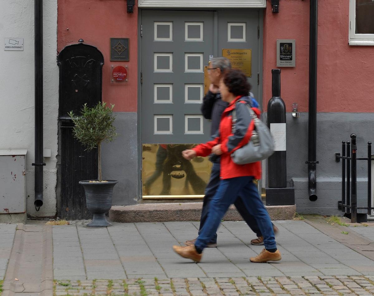 """Støpejernsfordeler i Oslo med """"skjørt"""". Denne typen fantes i 3-4 varianter og stammer fra rundt århundreskiftet. Legg merke til emblemet under bokstavene KTA (Kristiania Telefonanlegg), som består av to telefonrør av den eldste typen. De fleste er i Oslo, men de finnes over hele landet. Der har de andre emblemer, som for eksempel riksvåpenet."""