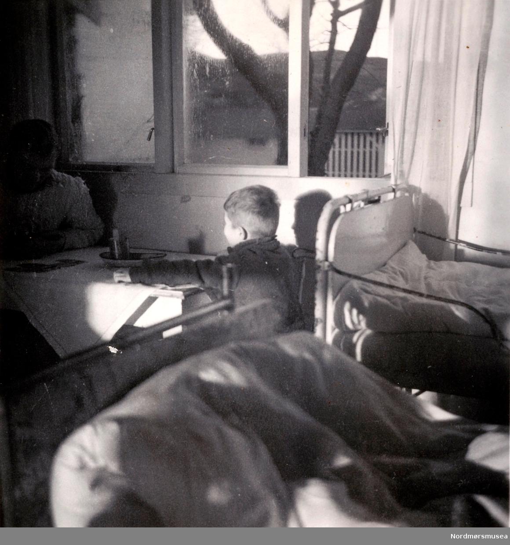 """Fem bilder fra serien """"Difteri!! 1944-1945"""" hvor vi ser innenfra barakken, sannsynligvis ved Røde Kors' klinikk eller søsterhjem i Oslo. Kan muligens være fra Kristiansund. Fra Ida M. Knudtzons fotosamlinger, nå en del av Nordmøre Museums fotosamlinger."""