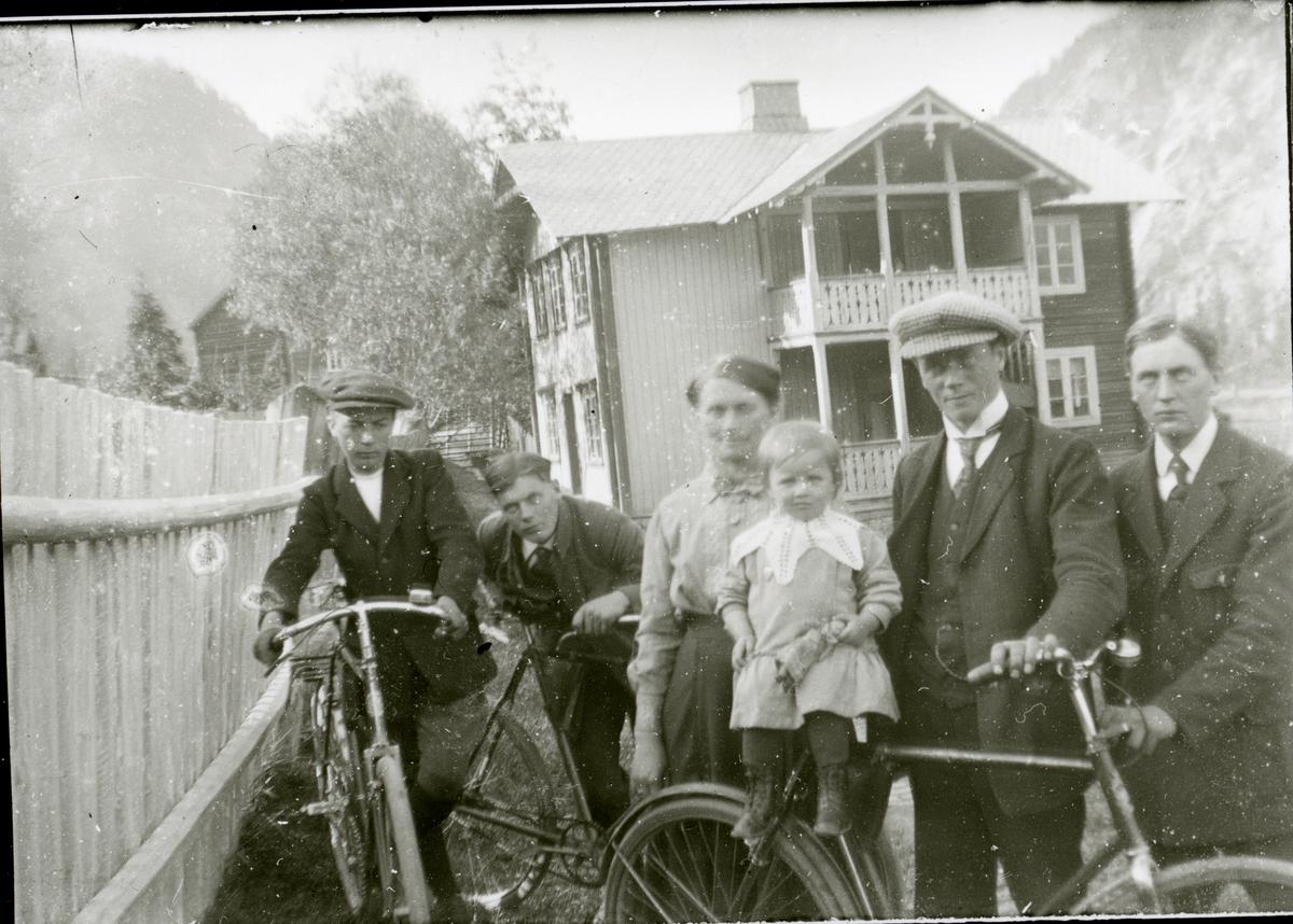 Ragna Koppervik sammen med sin datter, Signe. I tillegg til Ingvar, Johannes, Erik og Arne Koppervik.
