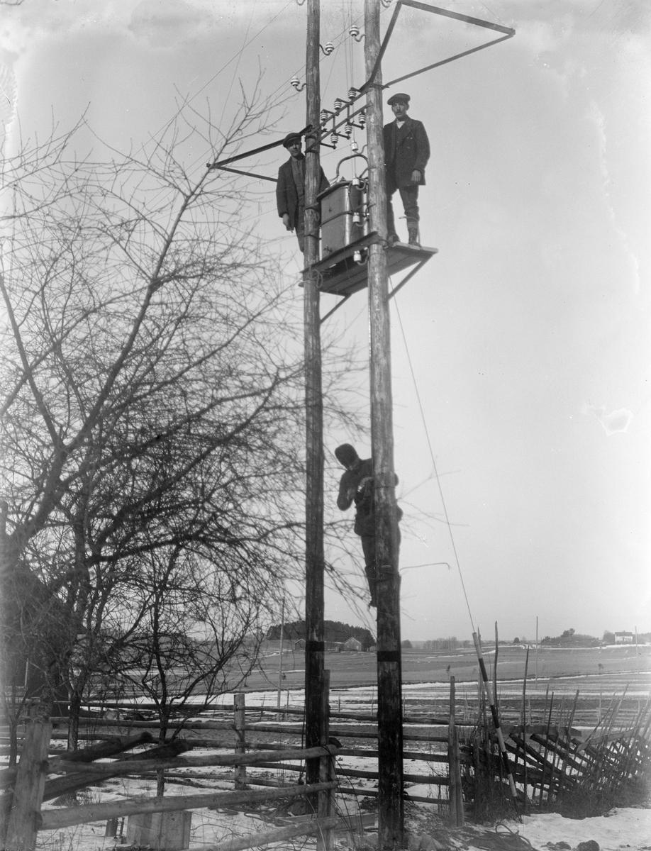 """""""Transformatorn, Jakobson på stolpen o Johanson o Nilson på plattformen"""", Sävasta, Altuna socken, Uppland 1920"""