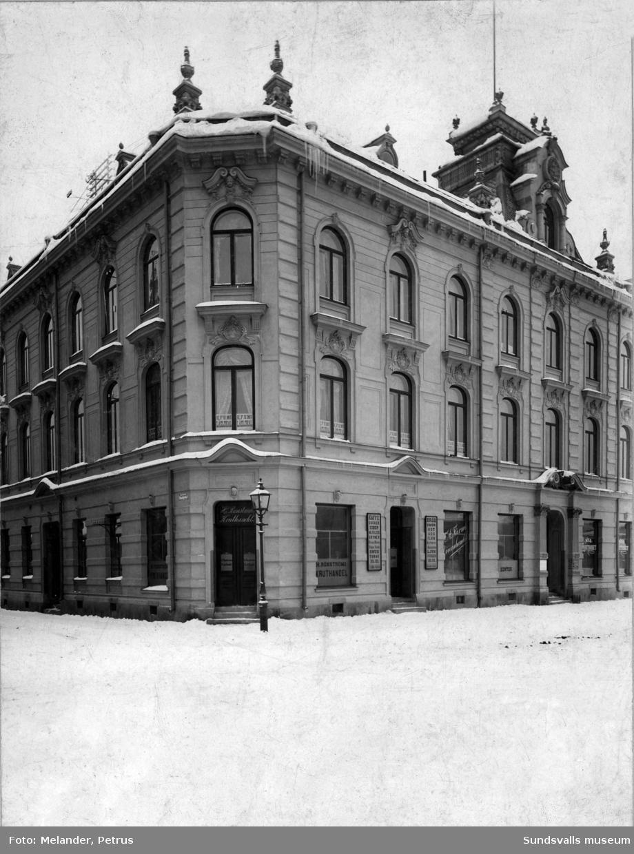 Kv Brutto 5 på Köpmangatan 30 i korsningen Köpmangatan och Smalgränd (nu Torggatan). Uppfört 1893-1894 och rivet 1967-1968. I bottenvåningen fanns H. Rönströms kruthandel, F. A. Färms diversehandel samt Nya Konditoriet. En våning upp fanns KFUM:s läselokal.