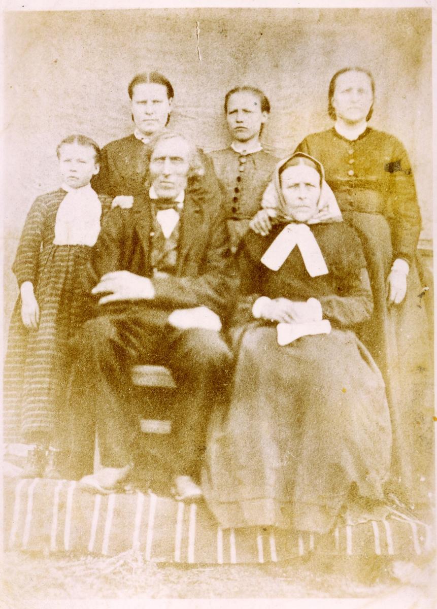 Familieportrett av Per Olson Leistrud og kona Gunhild samt barna.