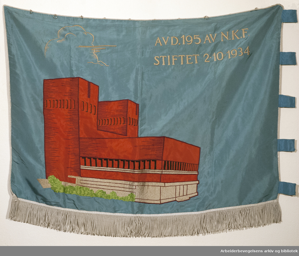 Tjenestemannsforeningen ved Rådhuset.stiftet 2. oktober 1934..Bakside..Fanetekst: .vd. 195 av NKF.Stiftet 2. 10. 1934