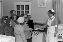 Overrekkelsen av Radio til Strinda sykehus barnestue, for Ar