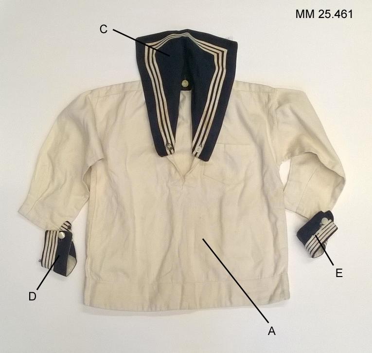 Vit skjorta med långa ärmar. Bröstficka på vänster sida. Knappar på ärmarna och vid kragen gör det möjliget att knäppa fast såväl blåkrage som manschetter.