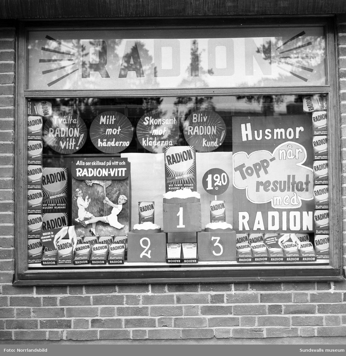 Skyltfönster vid Skogsgatan 7, Thor Johanssons, med kampanjskyltning för Radion tvättmedel.
