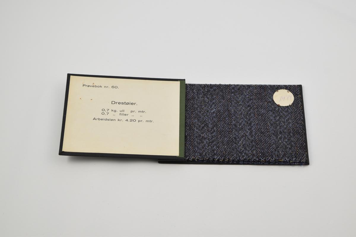 Prøvebok med 4 prøver. Tynne ullstoff i blå til fiolette fargetoner med diskret striper. Alle stoffer er merket med en rund papirlapp festet med metallstifter hvor nummer er påskrevet for hånd.  Stoff nr. 1479 (blå), 1480 (fiolett), 1481 (blå), 1482 (fiolett).