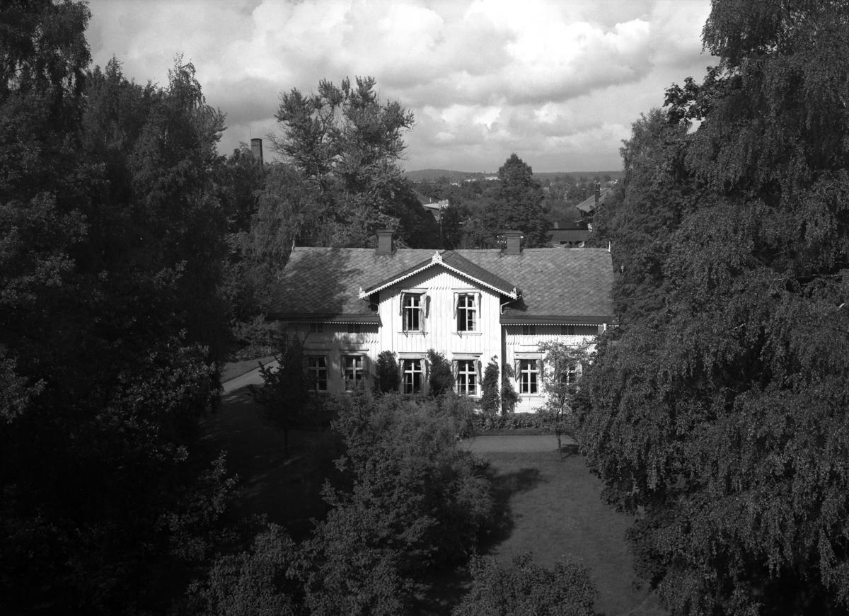 Marielunds gård i kvarteret Ödlan i Haga med Lindgrenska garveriet skymtande i bakgrunden på denna bild från 1936. Kvarteret bebyggdes 1958-60 av L E Lundberg AB.