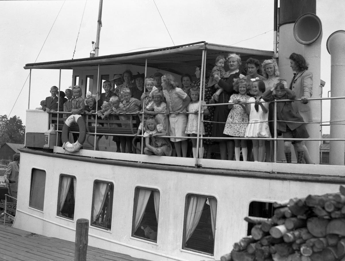 HSB bjuder på skärgårdsutflykt med hjälp av ångbåten Tynäs. Turen går från Inre hamn 1943.