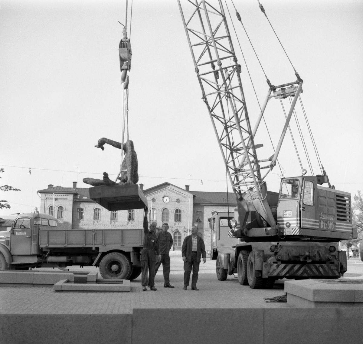 Fågelmannen av skulptören Liss Eriksson sätts på plats på torget i Arvika 1971.