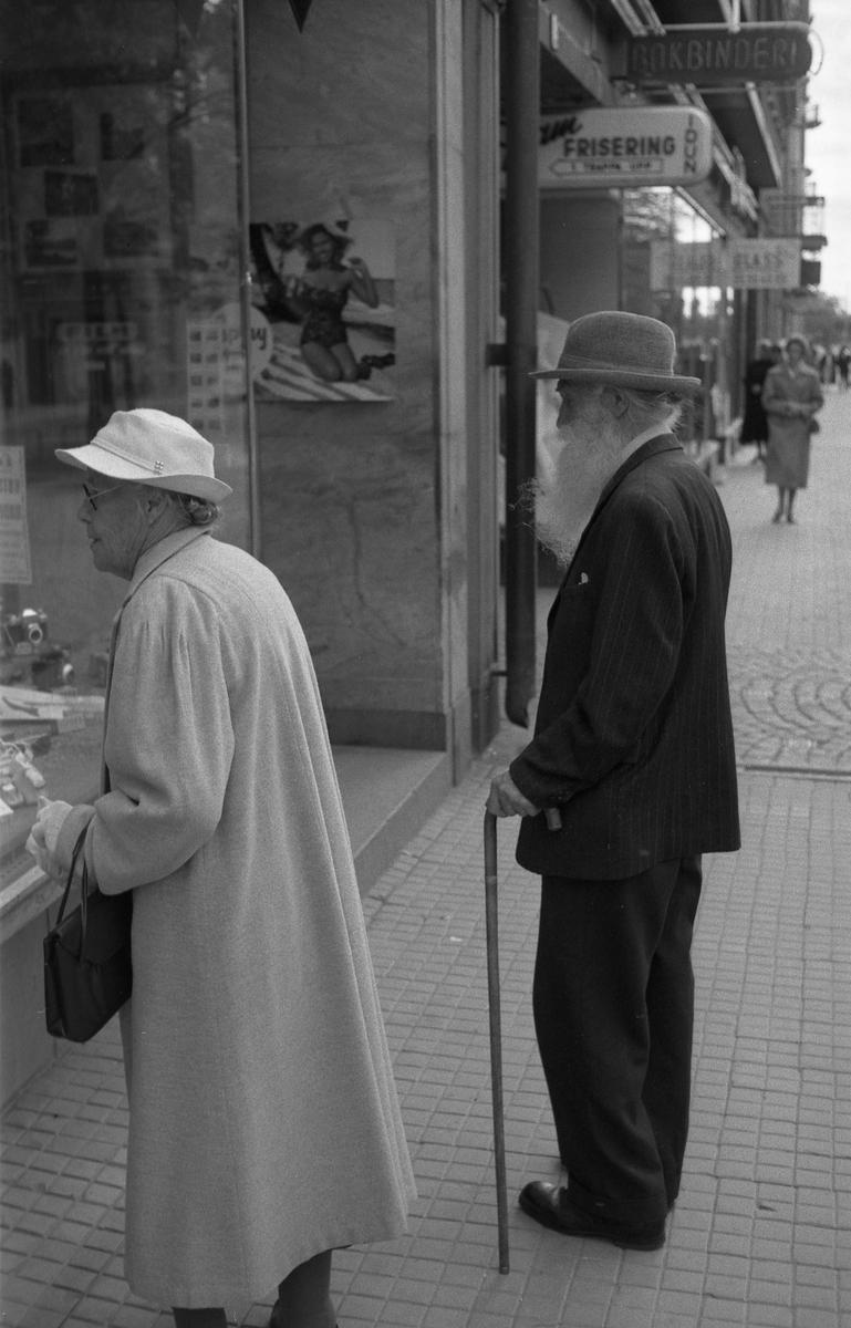 På fotografisk vandring med Bertil Ludvigsson i 1960-talet. Mannen på bilden är den kände Karlstadsfotografen Karl Nyström.