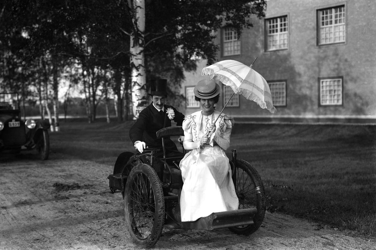 Bildsvit från det historiska festtåget, ett inslag i Värmlandsutställningen år 1929. Fordonet, en trehjulig Léon-Bollée av 1897-års modell var en av de första bilarna som kom till Sverige, här inlånad från Tekniska museet till utställningen.