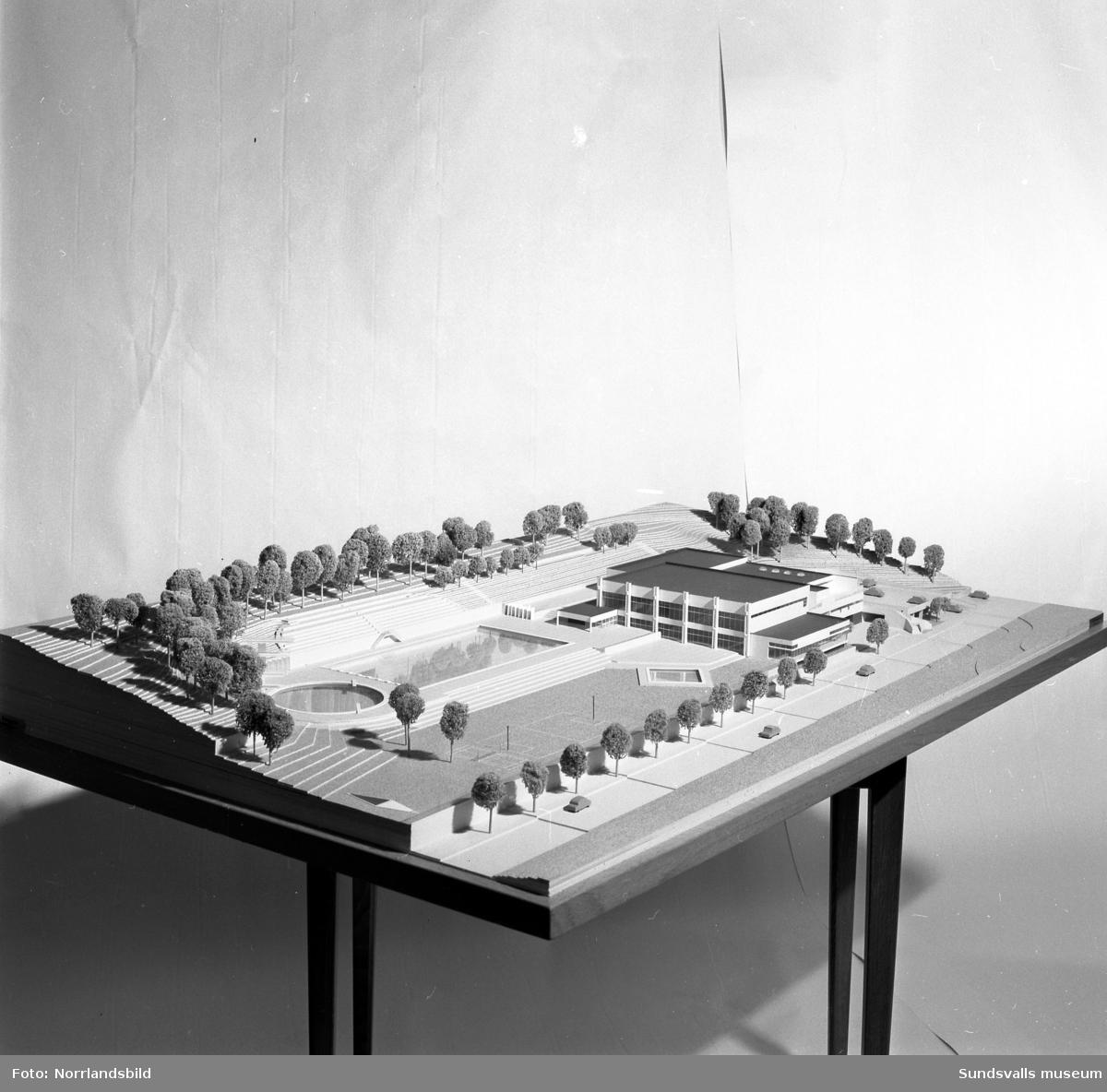 Byggmodell av badanläggning med badhus och utebad  i östra delen av Tivoliparken som planerades och klubbades 1964. Projektet blev aldrig verklighet utan det nya badhuset byggdes senare vid Sporthallen på Västermalm i stället.