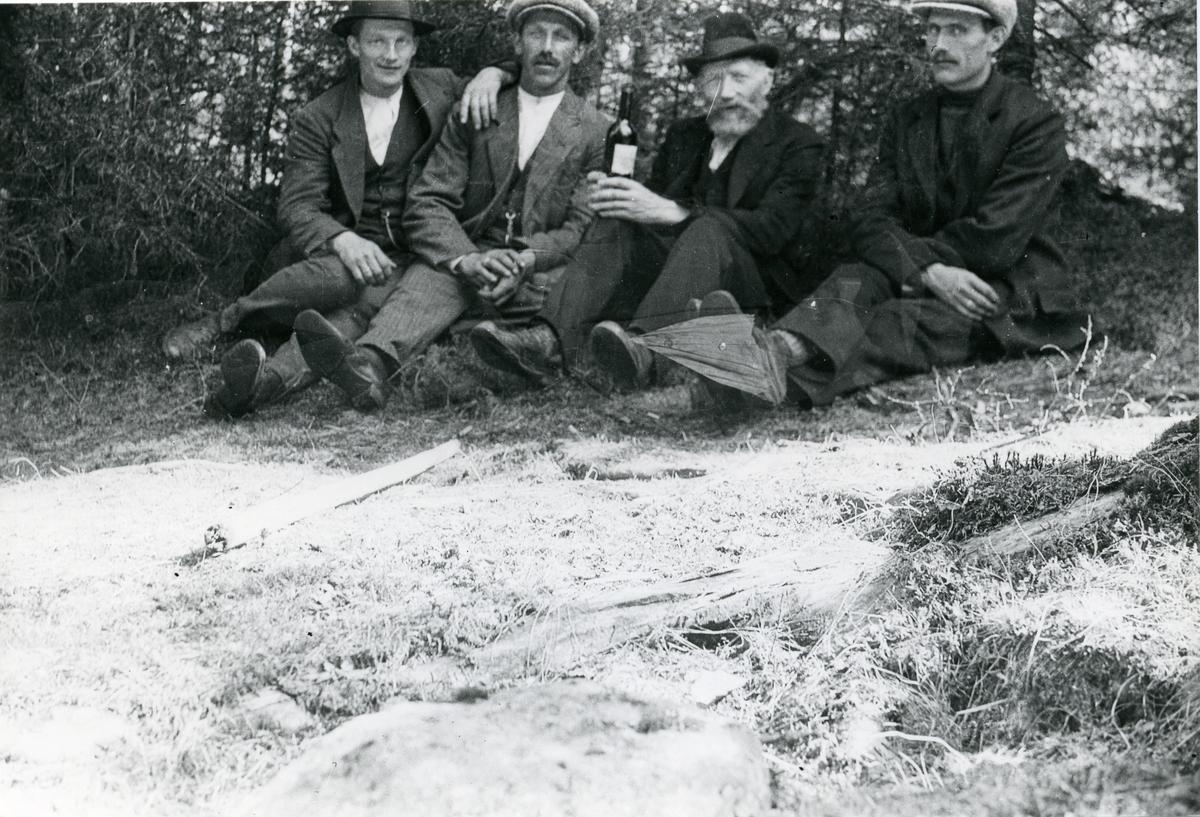 Bilde nr. 1 er et portrett av Arne Øyhus Lundmoen og bilde nr. 2 viser fire menn som sitter på bakken.