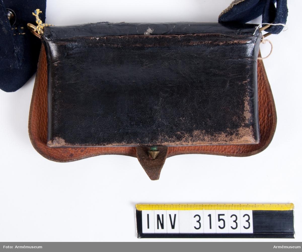 Grupp C I.  Ur uniform för officer vid Livreg:s dragoner. Buren av Prins Gustaf t.o.m. år 1827. Består av jacka, jacka, epåletter, skärp, ridbyxor. kask, kartuschlåda, kartuschrem, koppel. Enl. Sv. armens rulla 1835.