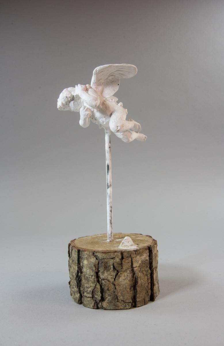 Flygande putto med utfällda vingar.