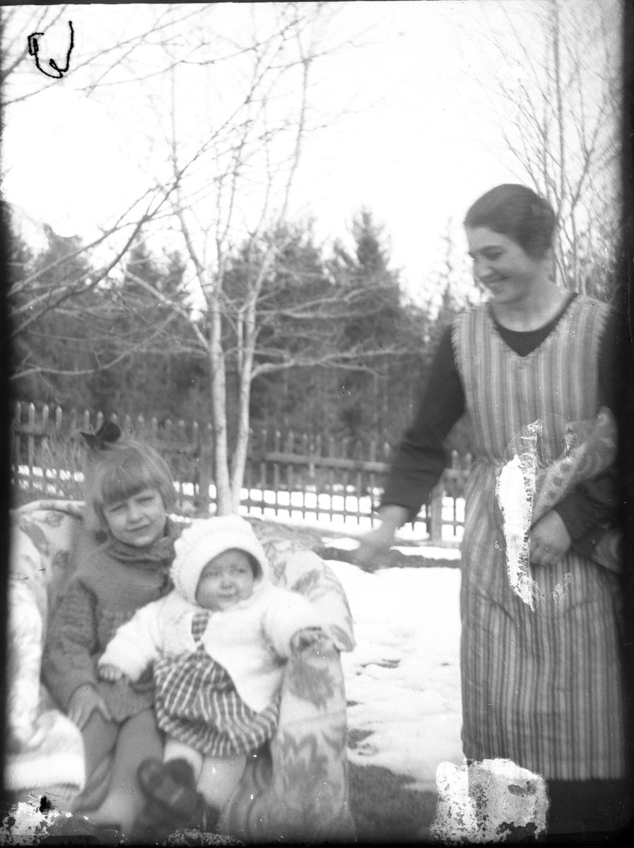 Kvinnan och barnen är okända.