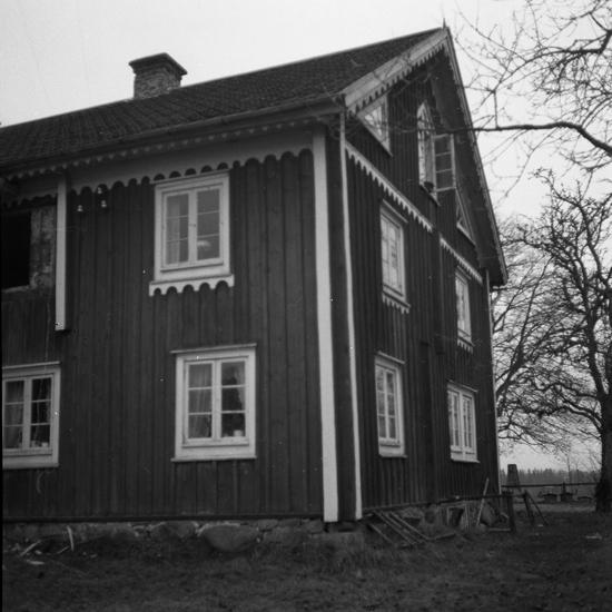 Foto av en mangårdsbyggnad, gaveln, under renovering.