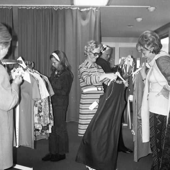 PN:s Modehus. Sista försäljningsdagen i gamla affären. Fotograf: A. Liepe, 1971.