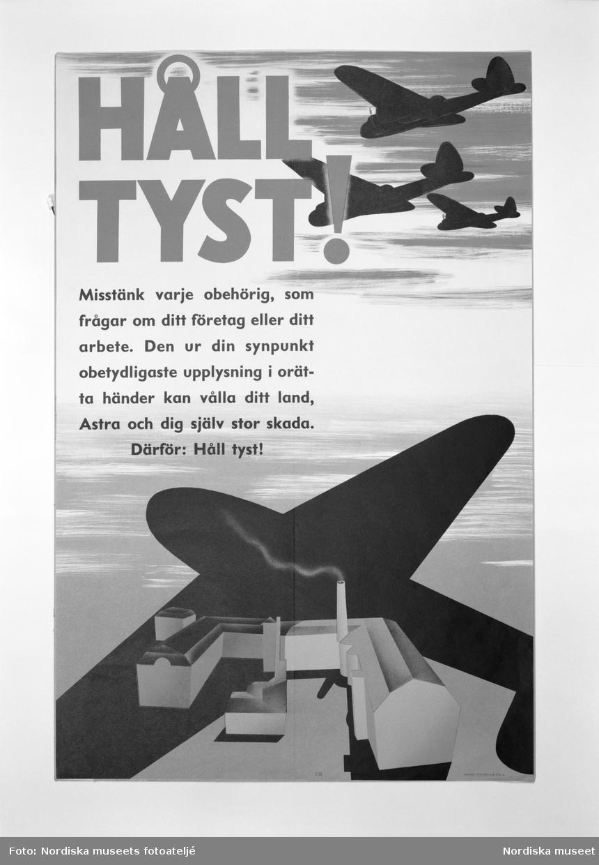 """Affisch med uppmaningen """"Håll tyst!"""" från avdelningen """"Krig och kriser"""" i block 13 på Nordiska museets jubileumsutställning """"Svenskens 100 år - känn dig själv"""". På affischen ses bombplan flyga ovanför bebyggelse med fabriker och rykande skorstenar."""