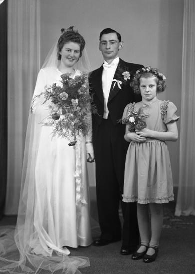 739bfb51ea68 Foto av ett brudpar med brudnäbb. Bruden är klädd i vit brudklänning ...