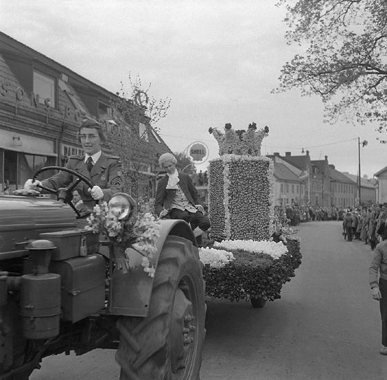 Linnéfestligheterna, 22/5-23/5 1957. Parad med blomstervagnar m.m. på Storgatan, vid nuv. Oxtorget. . I bakgrunden skymtar några av husen längs Storgatan.