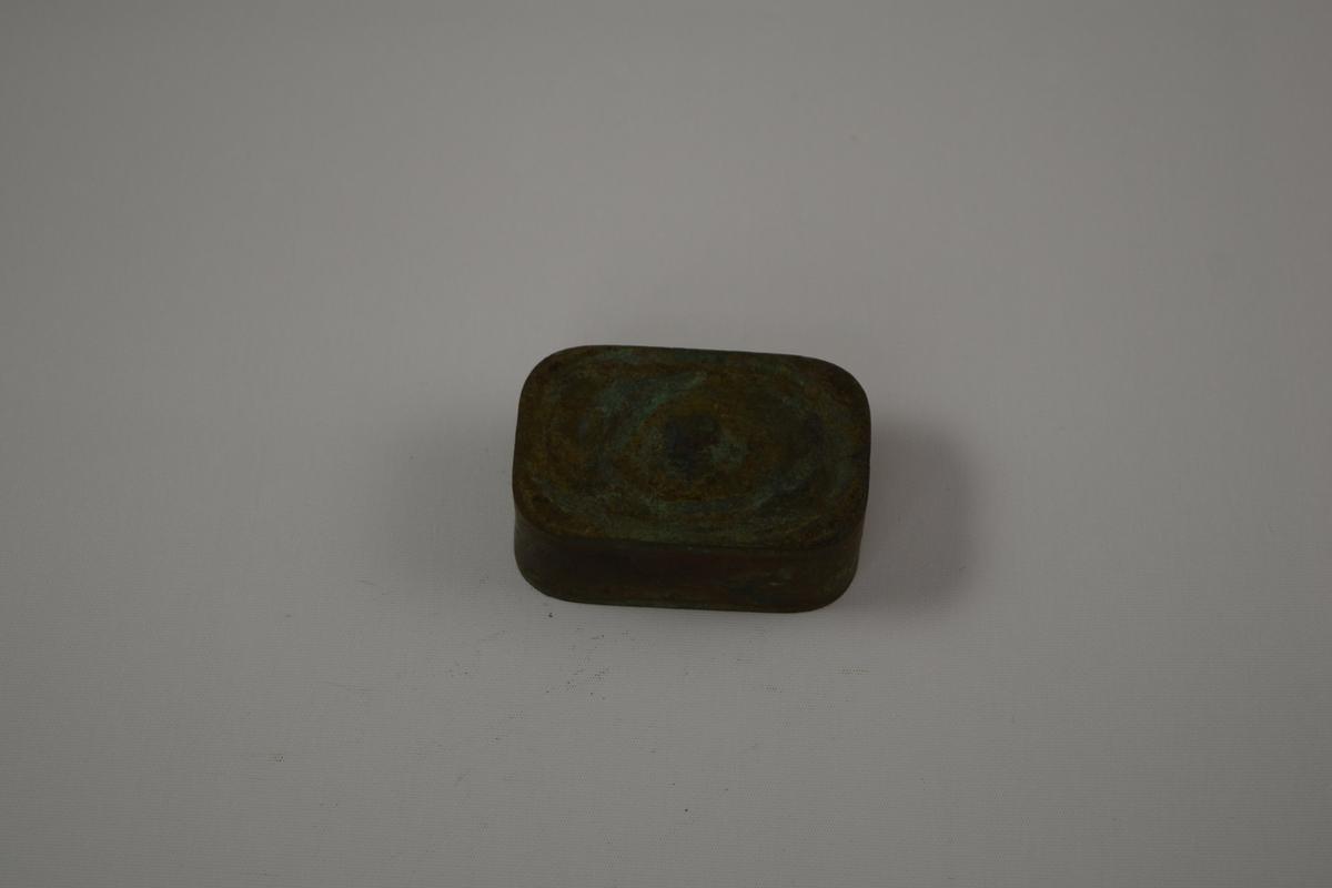 Rektangulær form til produksjon av såper ved Saanums Sepefabrikk i Mandal. Kun bunn, mangler sannsynligvis toppdel.  Opphøyd felt med inngraverte bokstaver.