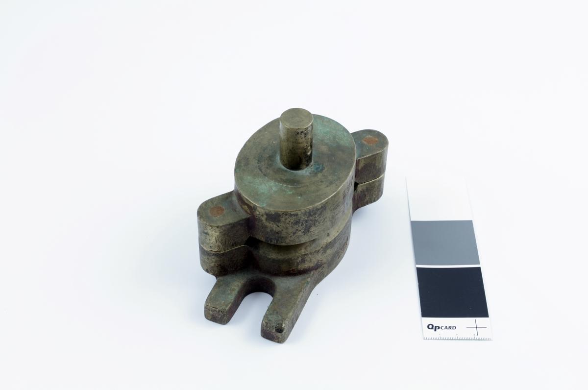 Såpeform i to deler, brukt til å støpe såpe ved Walhalla såpefabrikk i Kristiansand. Tekst i formen i relieff/uthevede bokstaver.