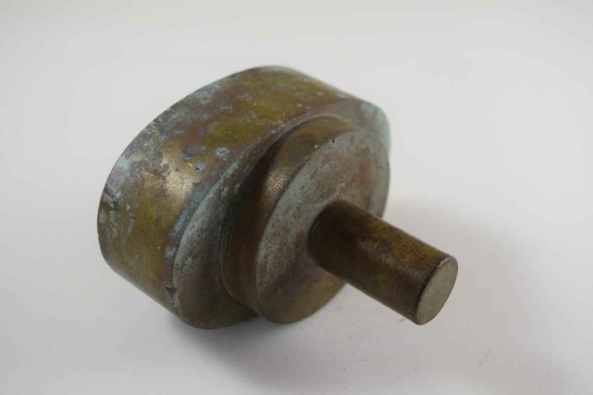 Oval såpeform for produksjon av såper ved Saanums Sepefabrikk i Mandal. Kun topp, mangler bunn. Konkav form med lite nedfelt felt sentralt i formen med inngraverte bokstaver.