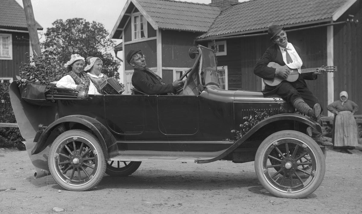 Skyttefest. Josef Eriksson, Hästbo, vid ratten i sin bil, en 1922 Overland.