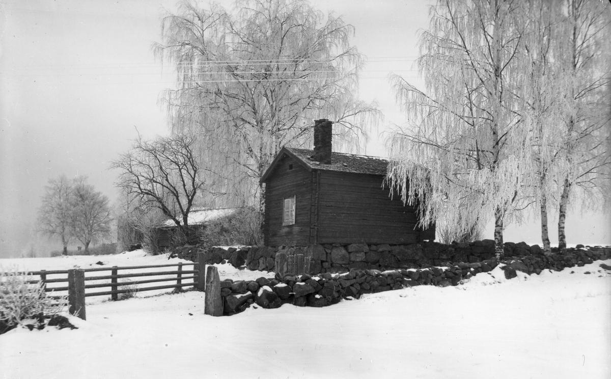 Nils-Nils snickarbod på Stensvea. I den här bodde rallare med sina familjer på 1870-talet, då det fanns en stor öppen spis här.