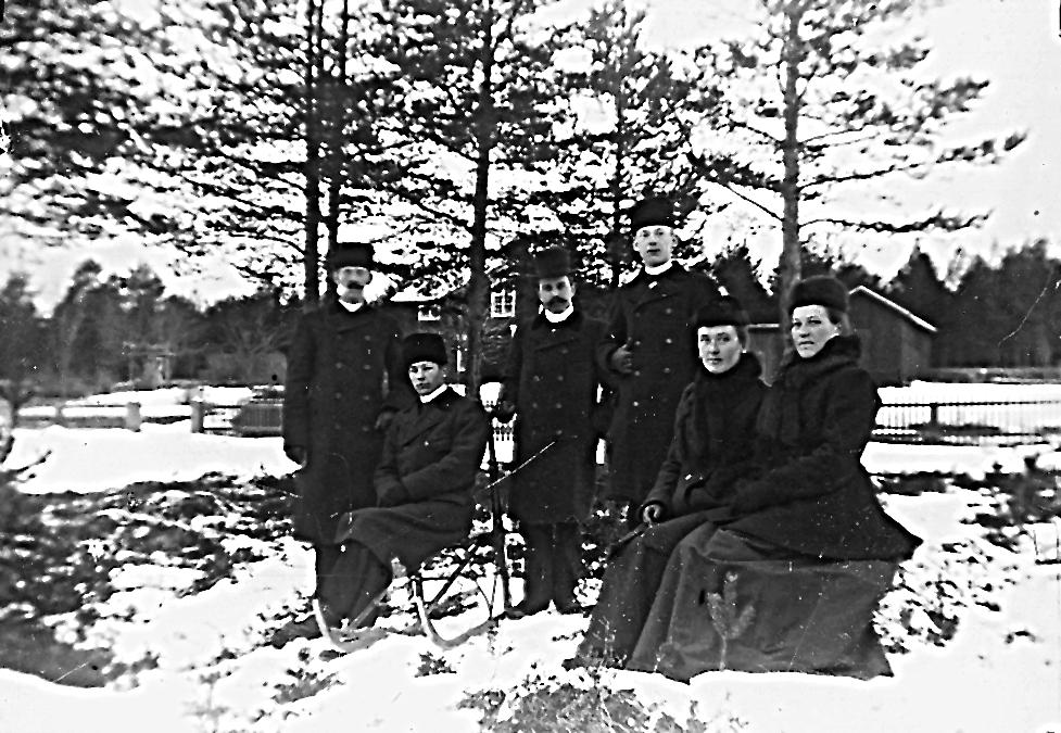 """Växbo: """"Edlunds"""" i bakgrunden. Personerna från vänster: David Edlund, två okända män, Jonathan Edlund, Ingrid Edlund, okänd kvinna."""