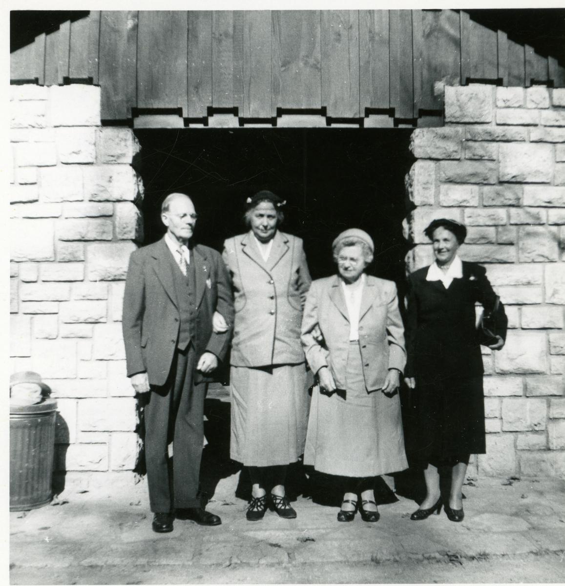Fra venstre: Ole Andreas Røang, Marie Heggernæs f. Espeliødegården i Etnedal, Celia Røang og Inger Lineikro. Bildet er tatt i Amerika i 1954