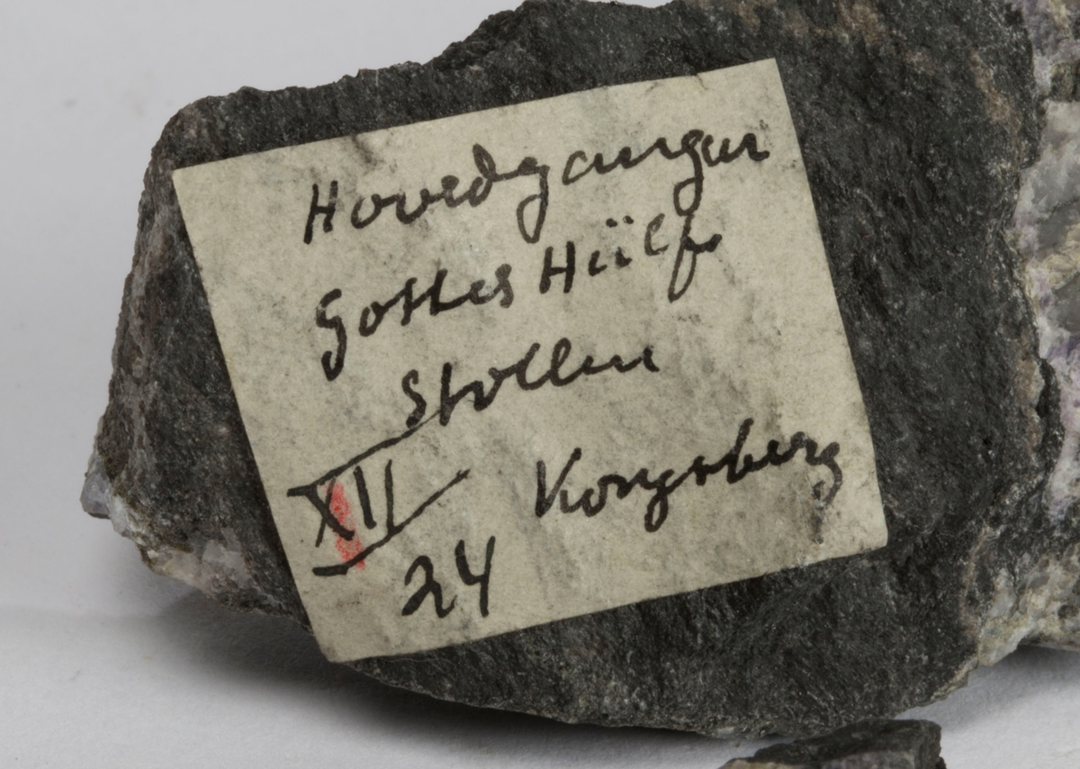Fire små prøver. Etikett på en av prøvene: Hovedgangen Gottes Hülfe Stollene XXII 24  Kongsberg (Finner antagelig Carl Bugge)