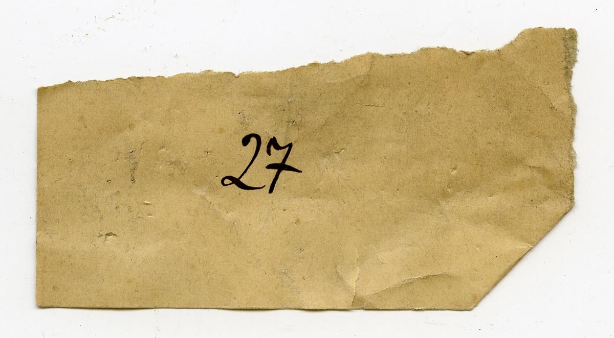 To lapper i eske: 1: 27 2: delvis ødelagt og utydelig