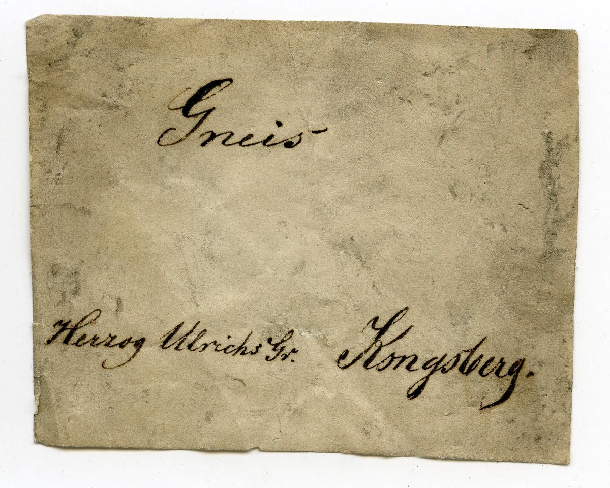 Etikett på prøve: Herzog Ulrichs gr. 3.  To etiketter i eske: Etikett 1: Hertzog Ulrichs gr. No. 3  Etikett 2: Gneis Herzog Ulrichs Gr. Kongsberg.