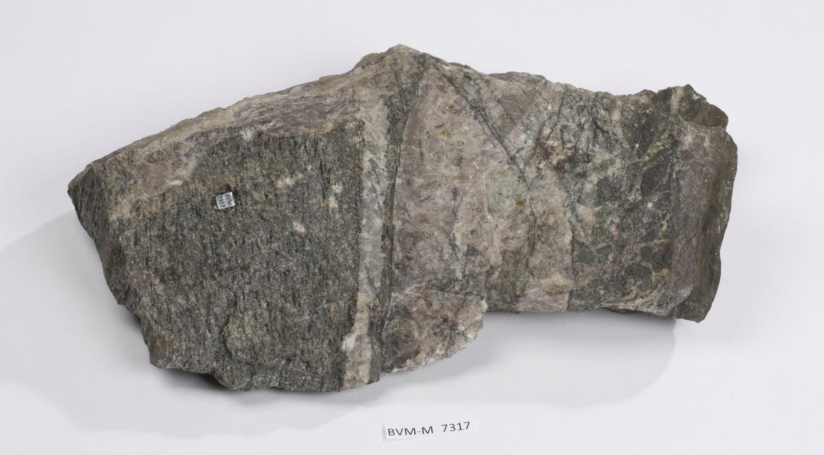 Stor prøve av åre med kvarts, kalsitt mm.  Etikett på prøve: Gangstykke Kongsberg