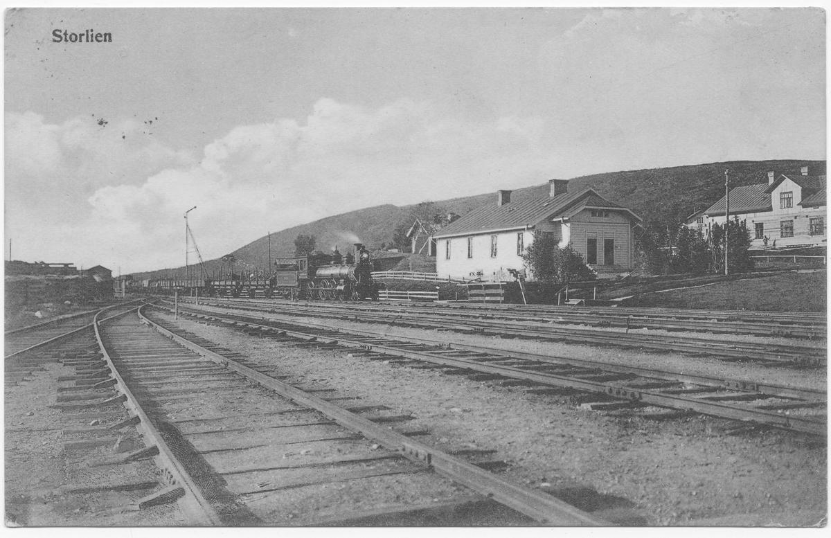 Godstog fra Trondheim ankommer Storlien stasjon, trukket av damplokomotiv type 14a.