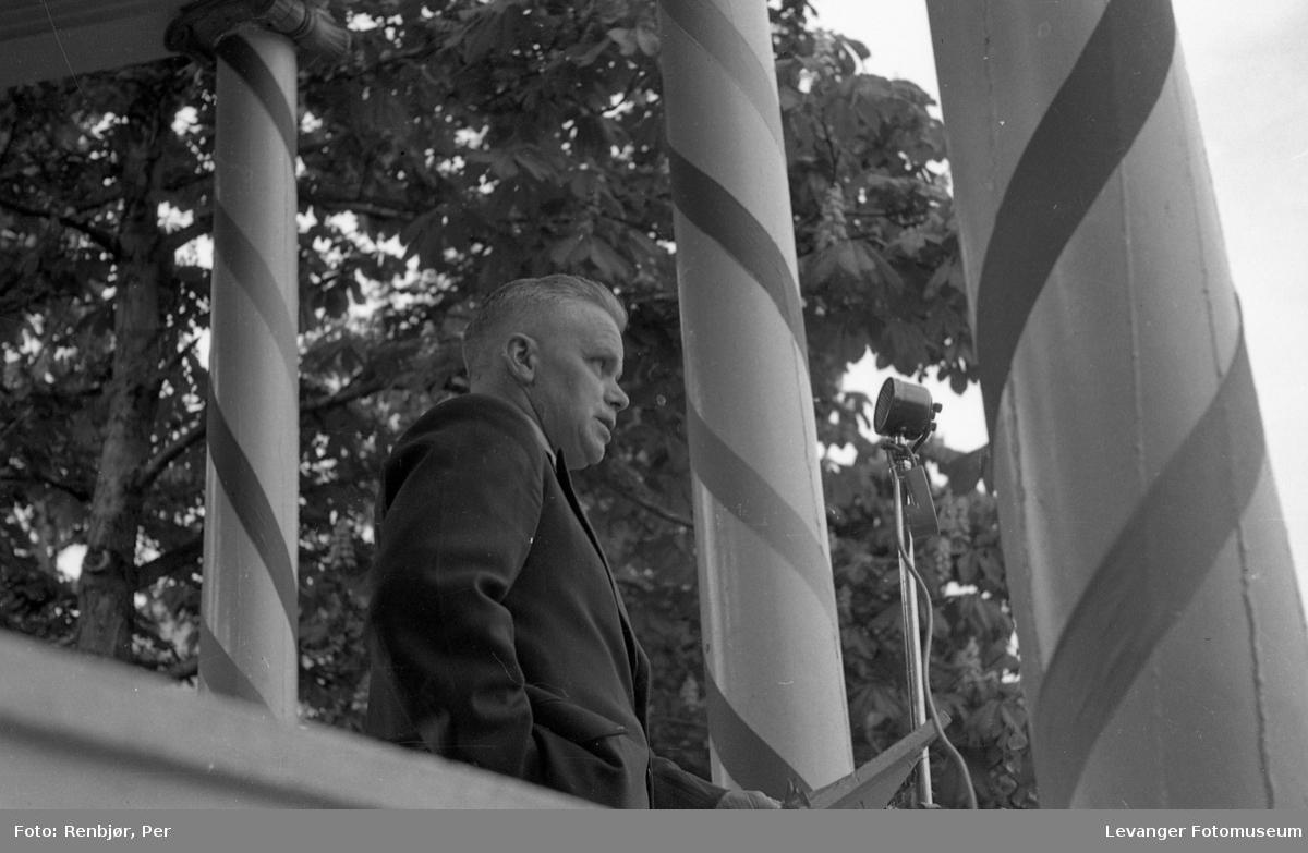 Sangerstevne, Levanger på talerstolen i paviljongen.