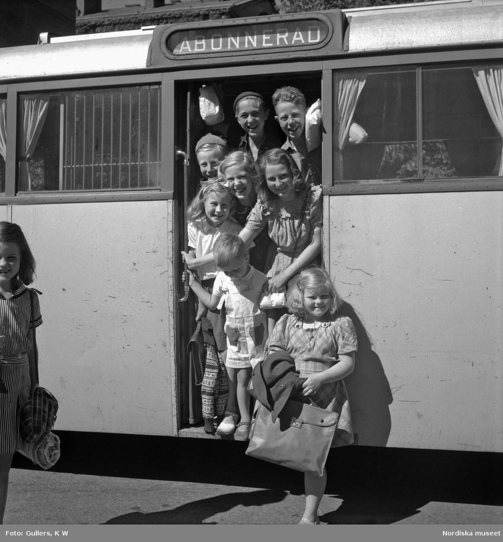 Stockholm. Barn kliver ur en buss efter en badutflykt till Flatensjön.