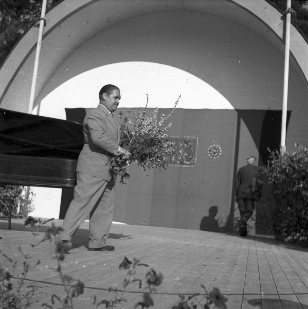 Operasångaren Jussi Björling uppträder i Furuvik. 1946.