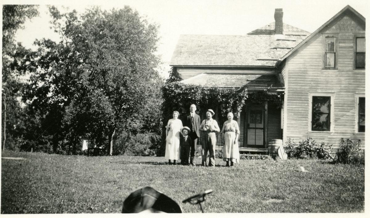 Youngs farm i Amerika 17. juni 1925. Fra venstre: Mrs. Lundo, en liten gutt, Olaus Islandsmoen, Mrs. og Mr. Young