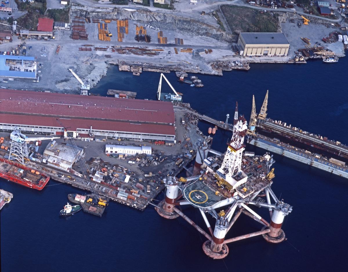Flyfoto. H.M.V. Oversikt over verftområdet med platform til kai.