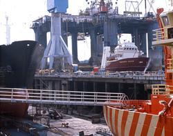 """H.M.V. Skip og platformer under arbeid med b.l.a.""""Seaforth V"""
