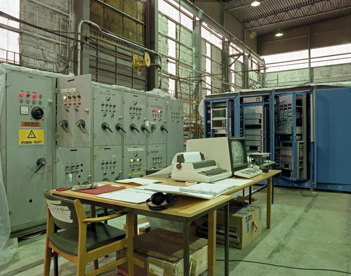 H.M.V. Interiør. Arbeidsplass. Elektronikk. Diverse strømskap og dataskap.