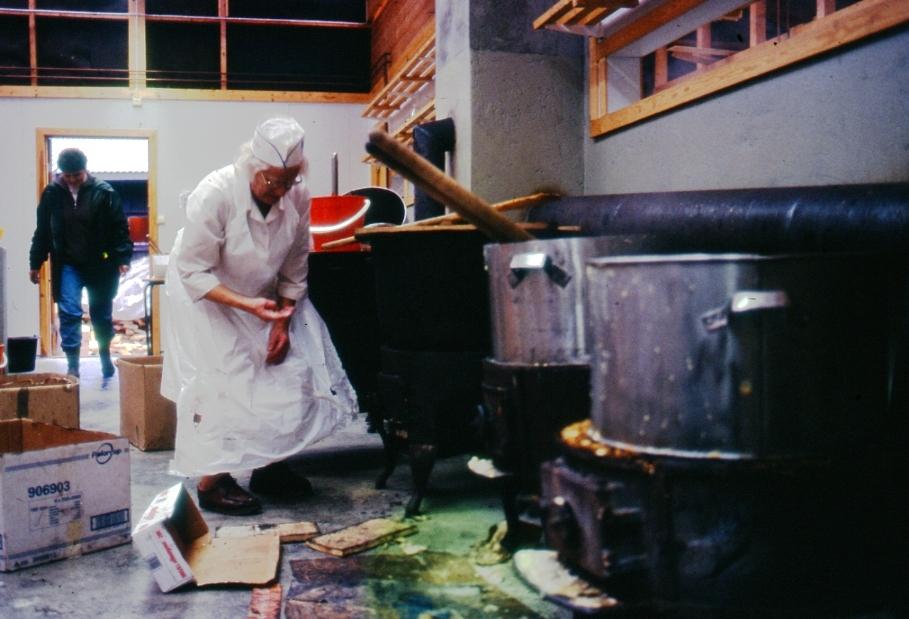 Veteran Gudrun Johansen frå Flatdal kokar graut for svoltne dyrskugjester