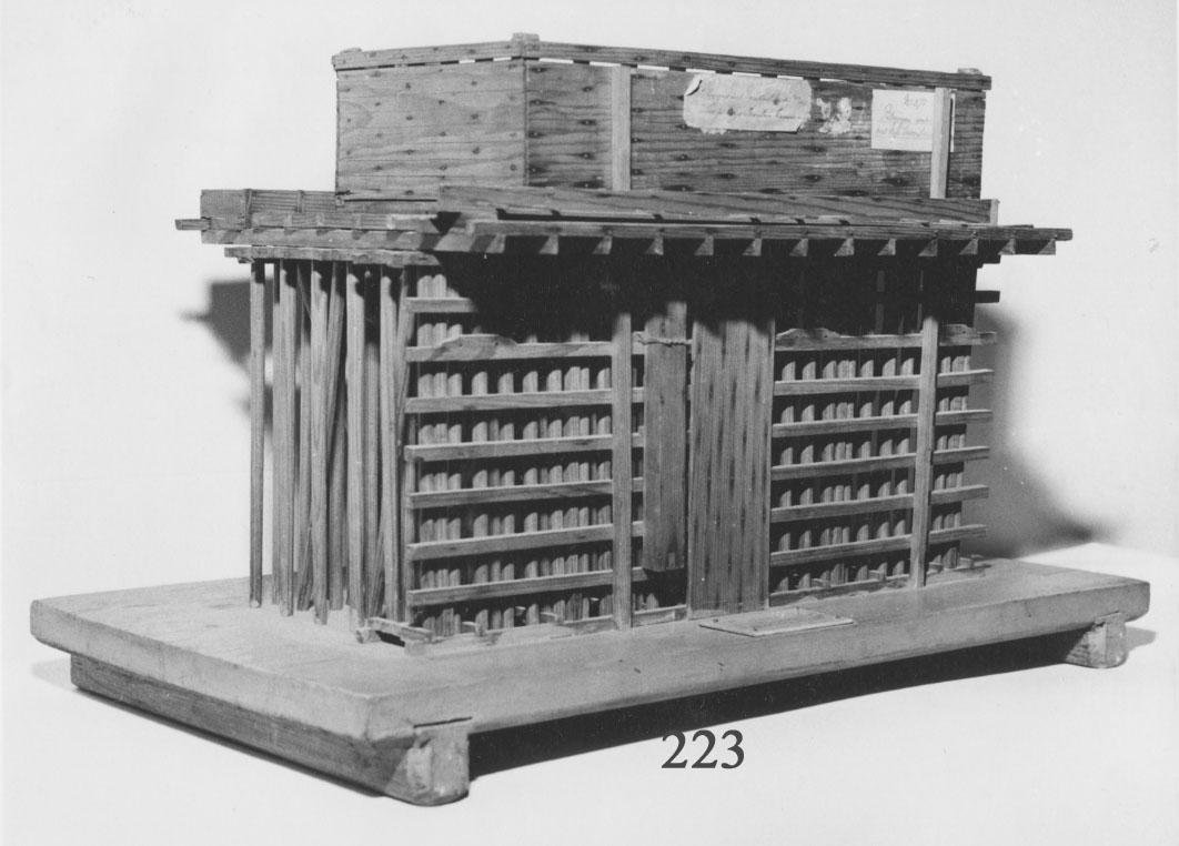Två modeller av trä utvisande pålningen under vattnet för uppförandet av Inventariekammaren No 1. Byggnaden uppfördes åren 1781-84 efter ritningar av J. E. Nordberg. Under arbetets gång lär dessa ha ändrats av generalamiralen Ehrenswärd och överskeppsbyggmästaren Henrik af Chapman.