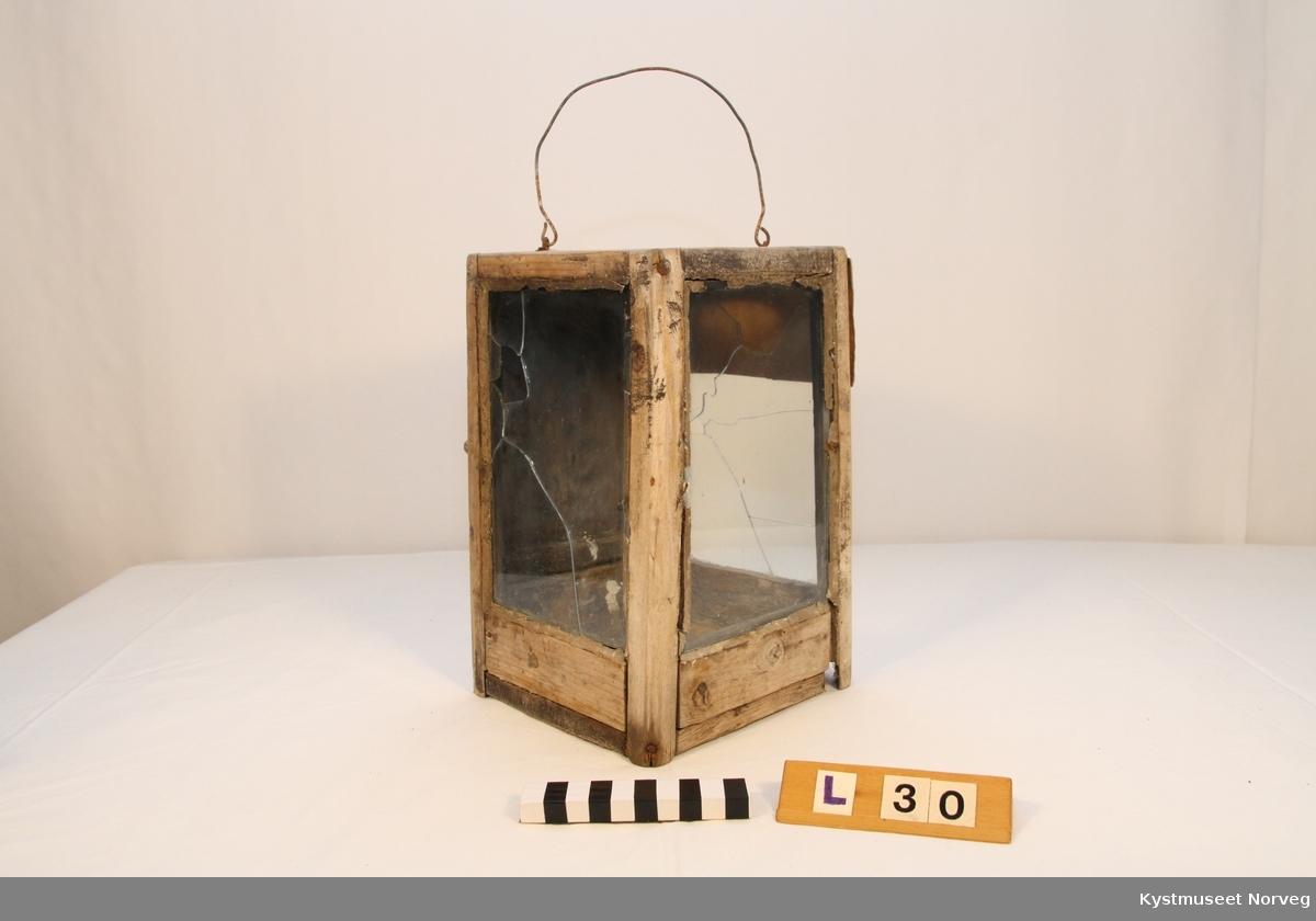 Fjøslykta er firkantet, laget i tre og er isatt glass på 3 sider. Trestykkene er satt sammen av jernnagler. Inni lykta er det i bunnen festet en blikkholder for talglys. Håndtaket på toppen er av metall.