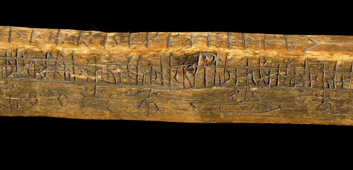 Kalenderstav i form av svärdsformad runkalender. Utskuren i ett stycke av askträ. Klinga med rektängulär genomskärning. Kavel med inskärning på mitten. Rund knapp med inskuren, månguddig stjärna på de plana sidorna. Klingan vid övergången till kaveln något förtjockad. Vid spetsen, ett i senare tid borrat hål. Eventuellt bomärke i form av en sned blixt. Tillverkad under 1600-talet i Linköpings stift (se Anderbjörk 1953)
